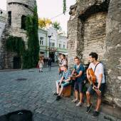 Street Musicians At The Evening Near Famous Viru Gate In Old Tow — Stockfoto