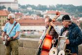 Street Buskers performing jazz songs on the Charles Bridge in Pr — Stock Photo