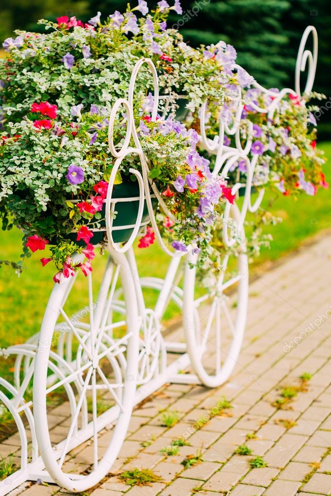 V lo d coratif blanc parking dans jardin photo 60560139 for Decoration jardin velo