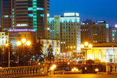Business Center i Minsk på natten scen Street. Byggnad, Cen — Stockfoto