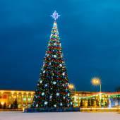 Choinkowe i świąteczne oświetlenie na placu Lenina w Homlu — Zdjęcie stockowe
