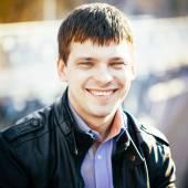 Красивый мужской портрет на открытом воздухе. Цвета осени. — Стоковое фото