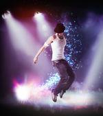 Homem em um chapéu dançar hip hop no palco — Fotografia Stock