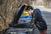 ゴミを出す魅力的な若い男 — ストック写真