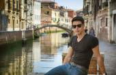 Young Man on Bridge Over Narrow Canal in Venice — Stock Photo