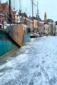Nave em um canal em uma cidade no inverno — Foto Stock