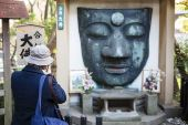Remains of the Ueno Daibatsu Buddha statue in Ueno Park - Tokyo - Japan — Foto de Stock