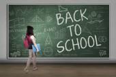Kvinnlig student gå till klass — Stockfoto
