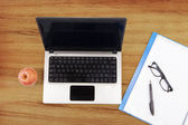 Laptop computer, folder, and apple — Stock Photo