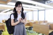 Student with mobilephone in class — Stock Photo