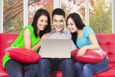 Drei asiatische leute mit laptop — Stockfoto