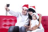 父は家族の写真を撮る — ストック写真
