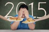 Overweight man avoid junkfood in 2015 — Stock Photo