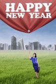 Osoba, tahání textu šťastný nový rok — Stock fotografie