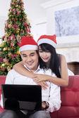 Couple gai acheter en ligne au jour de Noël — Photo