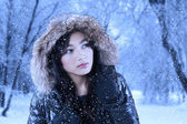 Vacker flicka i vinterparken — Stockfoto