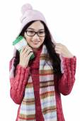 セーターの魅力的な女の子が温かい飲み物を保持します。 — ストック写真