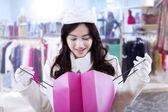 Dívka se dovnitř Nákupní taška — Stock fotografie