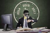 Worker wearing gas mask and looking timepiece — Stock Photo
