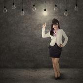 女职工指着盏明亮的灯 — 图库照片