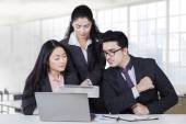 Manager showing business plan at team — Stock Photo