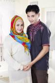 Islamic couple standing in bedroom — Foto de Stock