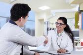 Ambiente médico con paciente masculino — Foto de Stock