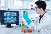 Male scientist work in modern laboratory — Zdjęcie stockowe