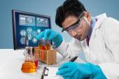 Male scientist makes experiment result — Zdjęcie stockowe