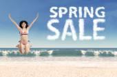 Giovane modello con la nube di vendita di primavera — Foto Stock