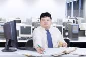 亚洲人工作在办公室里吃东西的时候 — 图库照片