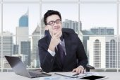 Business leader daydreaming at workplace — Fotografia Stock