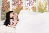 Couple sleeping together on bedroom — Fotografia Stock