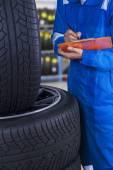 Mechanic examine the tires condition — Stock Photo