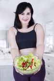 Pregnant mother holding salad — ストック写真