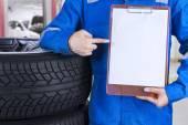 Technician showing empty paper — Stock Photo