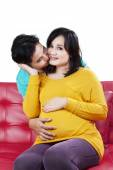 Man kissing his beloved pregnant wife — Stockfoto