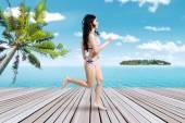 Glückliche Frau, die auf dem pier — Stockfoto