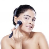 Woman with clean skin using makeup — Stock Photo