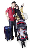 Two parents travelling with their baby — Stock Photo