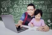 Escuela primaria de aprendizaje con tutor en clase — Foto de Stock