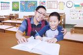 男学生和老师在班级学习 — 图库照片