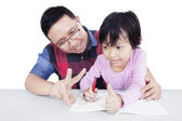 Dad teach his daughter to count — Stock Photo