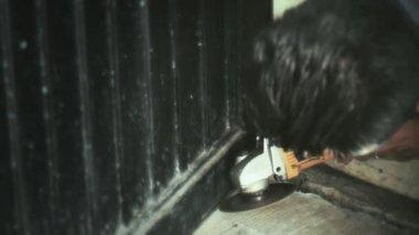Blacksmith using angle grinde — Stock Video