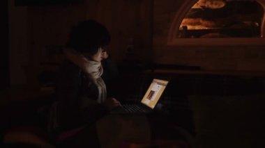 在雷暴期间在笔记本电脑上工作的女孩 — 图库视频影像