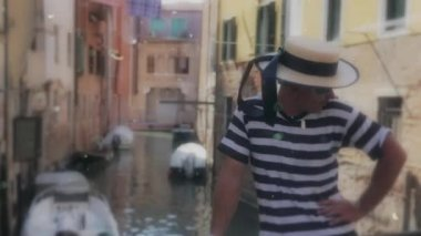 Male gondolier resting after a touristic ride — Stock Video