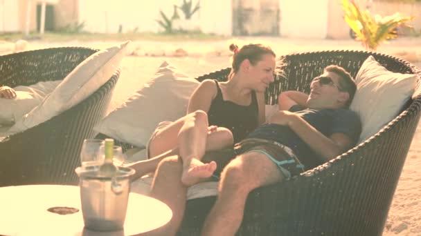 Pareja descansando en el hotel — Vídeo de stock