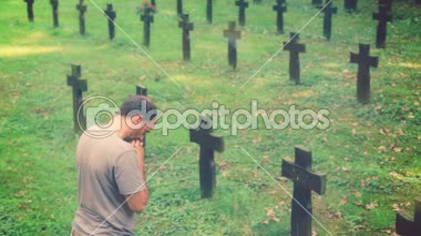 Man praying on the grave — Stock Video