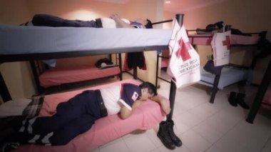 Paramedics asleep in day — Stok video