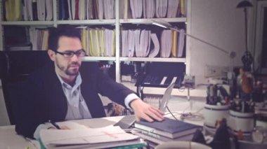 Biznesmen pracy w gabinecie — Wideo stockowe
